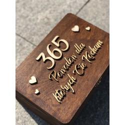 Drewniane pudełko z wycinanym wzorem/napisem brązowe