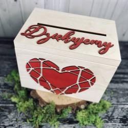 Drewniana skrzynia na koperty z czerwonymi dodatkami