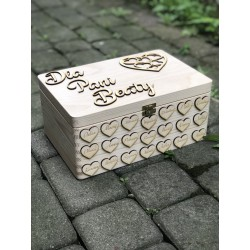 Kuferek pudełko drewniane z serduszkami grawerowanymi