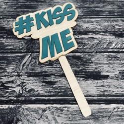 """Drewniana tabliczka do fotobudki """"Kiss Me"""""""