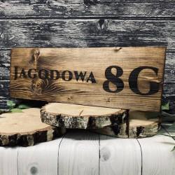 Drewniany szyld z adresem domu