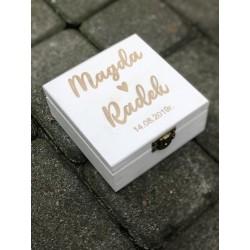 Białe grawerowane pudełko na obrączki z wierszem